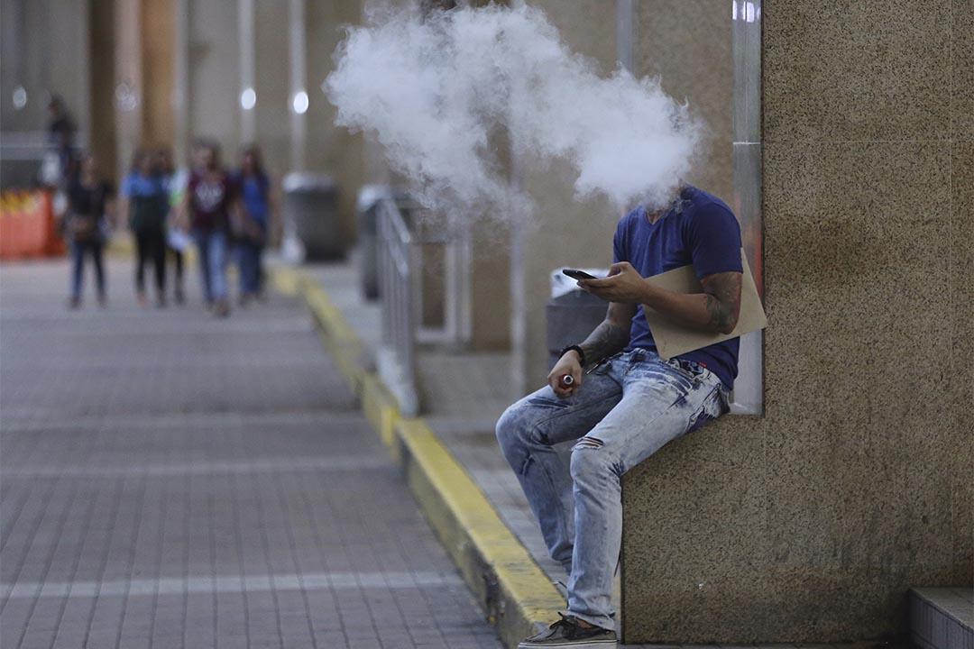 2016年10月11日,菲律賓馬尼拉,一名男人於一商場外使用電子煙。當地衛生部長向總統提出希望於這月底前,能簽署有關全國禁煙的草案。她更指有關草案會包括禁止使用電子煙。