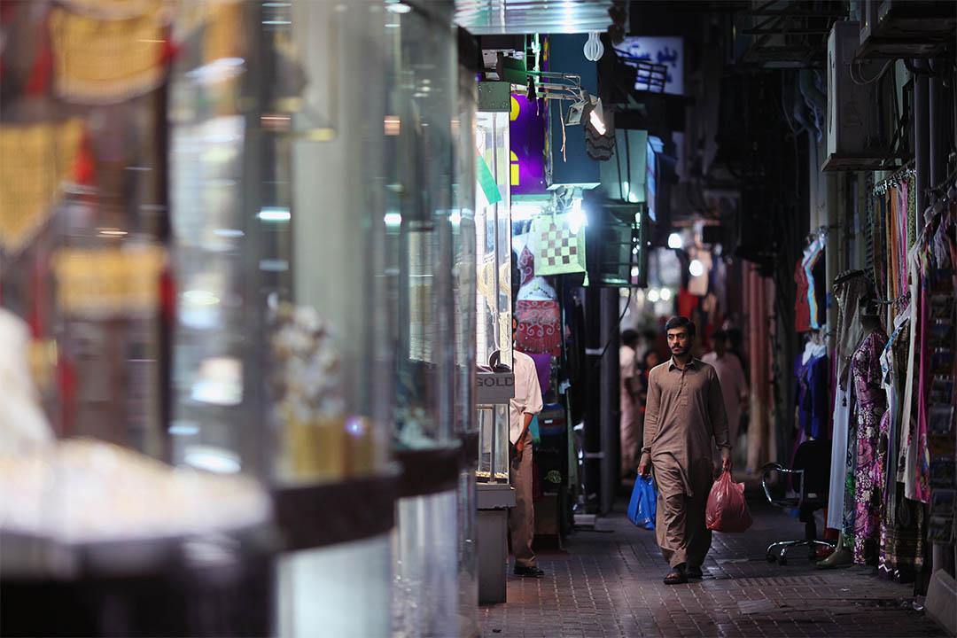 圖為杜拜一個男人走過服裝市集。