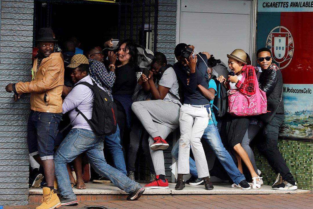 2016年10月10日,南非約翰內斯堡,要求免費教育的學生於金山大學前示威,遭受防暴警察鎮壓。