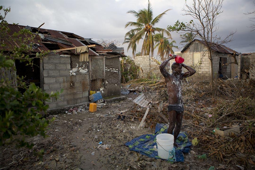 2016年10月11日,海地萊凱,災民Yvald Saint Joy 在他的後院沐浴。