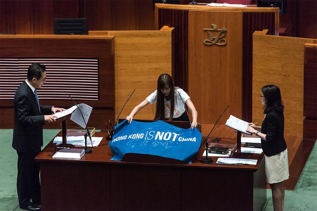 2016年10月12日,香港金鐘,新一屆香港立法會復會當天議員宣誓過程中,游蕙禎因帶同印有