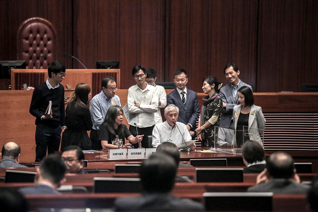泛民議員因有三位議員被秘書處指未完成宣誓及梁君彥國籍問題圍堵主席台位置。