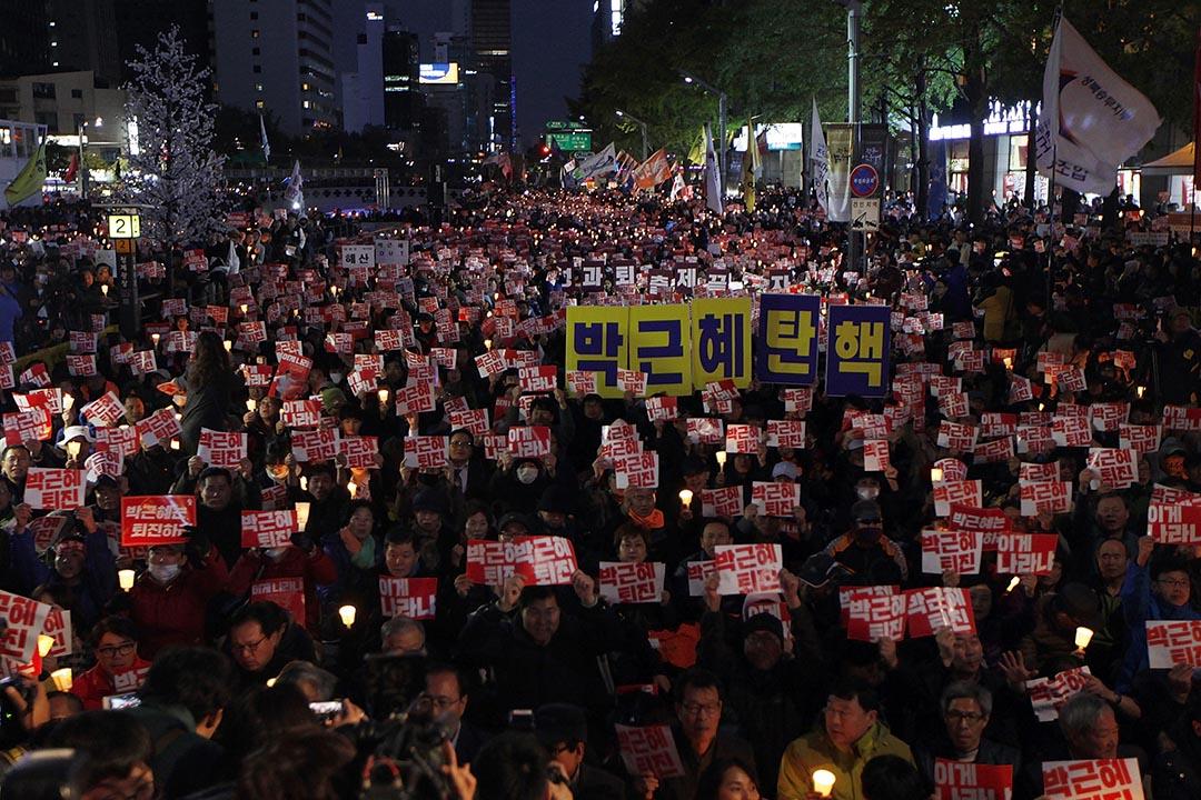 示威者在首爾市中心清溪川廣場舉行大規模燭光集會,要求朴槿惠下台。
