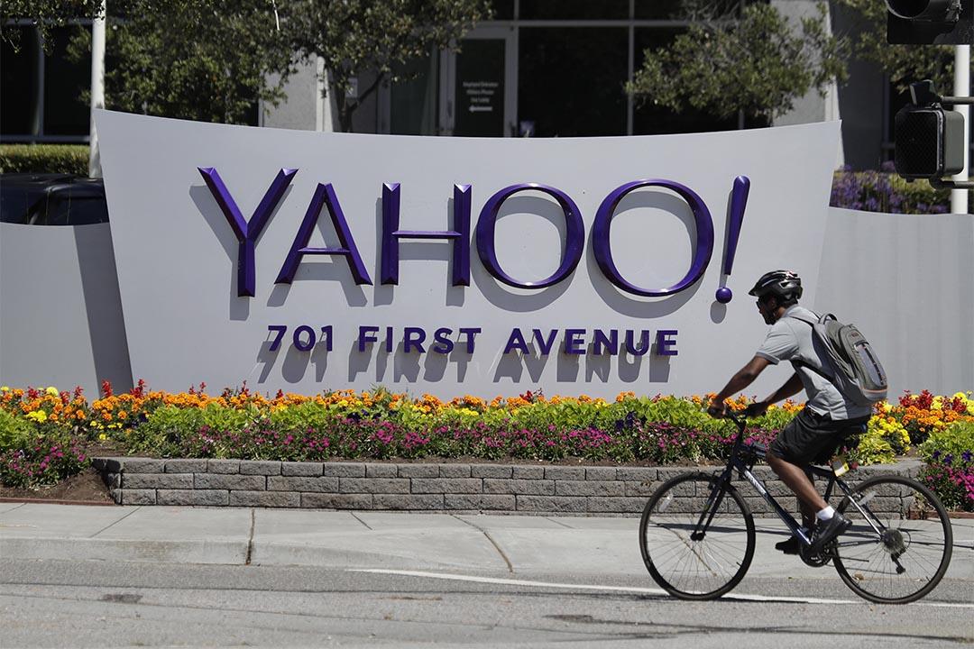 消息指雅虎秘密為美國政府掃描用戶電子郵件。圖為2016年7月19日,一個人騎腳踏車經過雅虎的標誌。