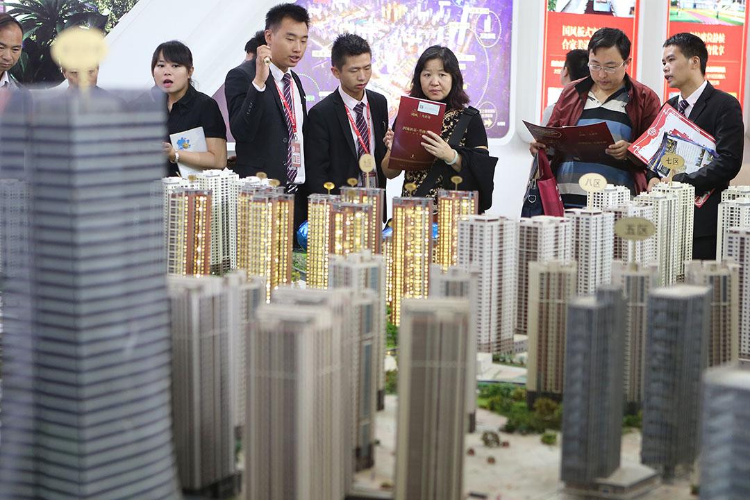 2016年9月25日,雲南昆明,市民選看樓盤資料。