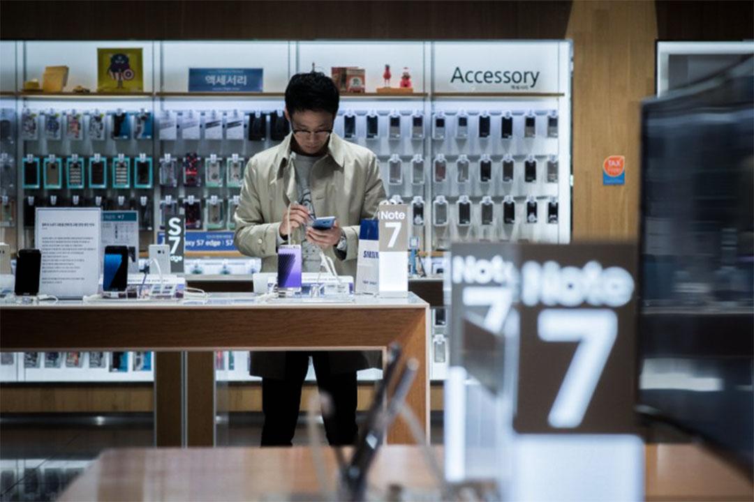 2016年10月11日,南韓首爾,一個人在Samsung商店內看Note 7手機。