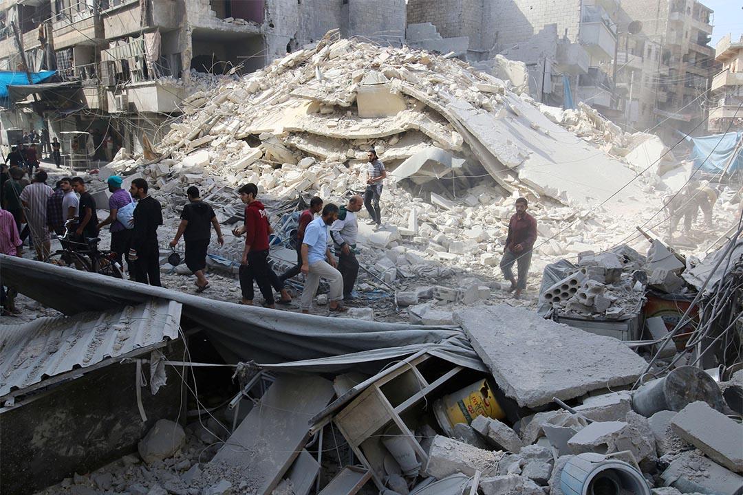 圖為2016年10月12日,阿勒頗地區遭空襲後,人們檢查損毀。