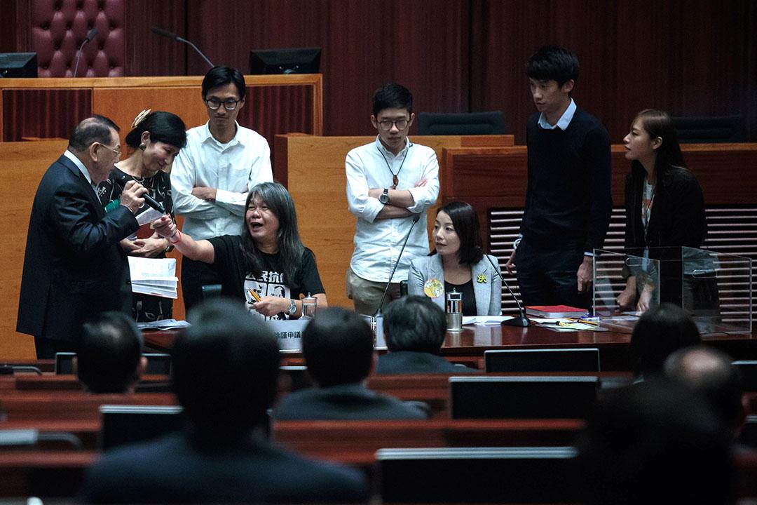 新一屆香港立法會,六位不容易用傳統的「建制」和「民主」標籤分類的議會新人被稱為「自決派」,並以38萬票的總票數進入議會。