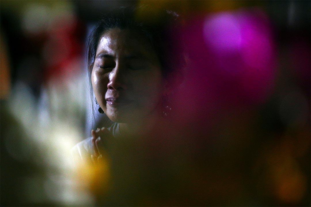 2016年10月12日,泰國曼谷,一個女人為泰王祈禱時哭泣。