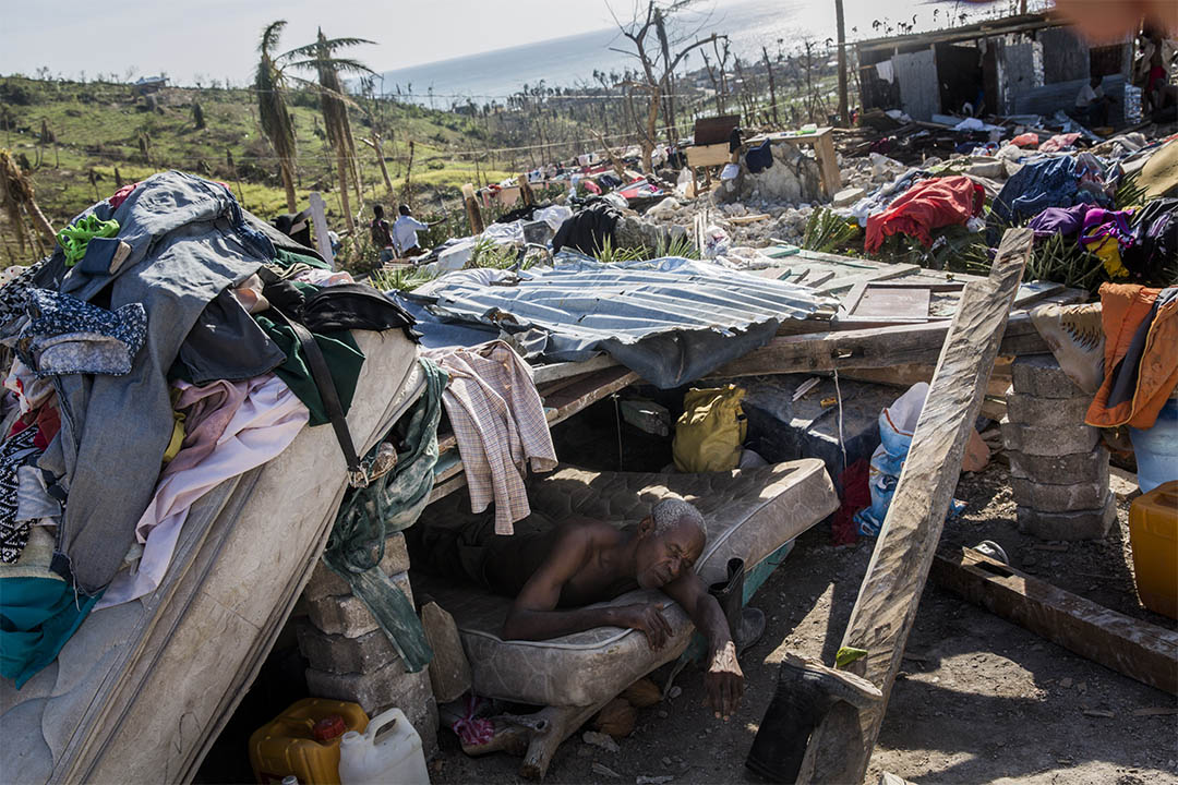家園盡毀,羅什巴托的災民以剩下的磚頭、木板及床褥搭建臨時棲身之所。