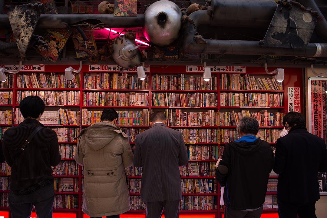 市民在漫畫店內閱讀漫畫。