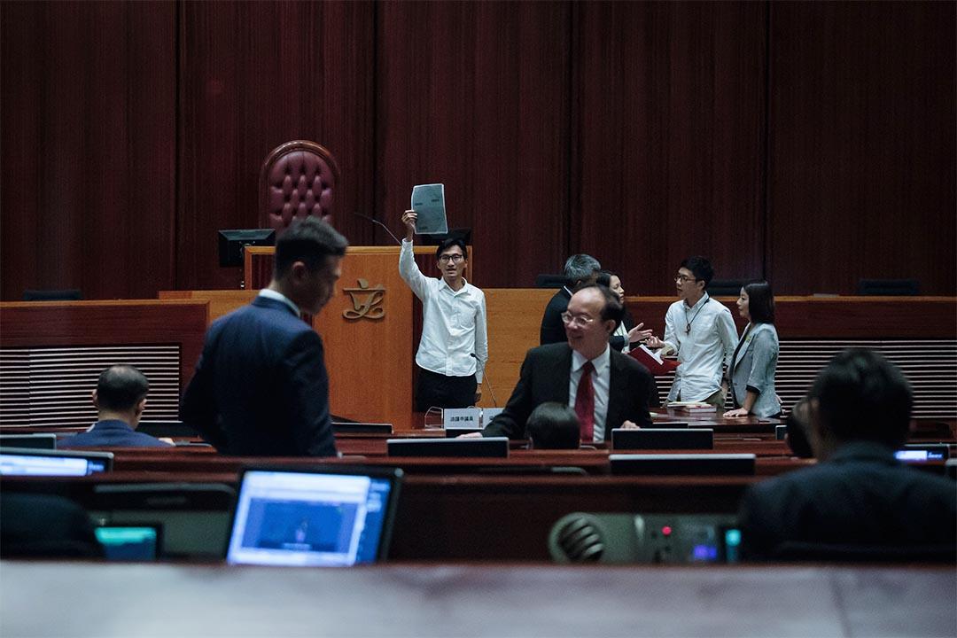 2016年10月12日,立法會議員宣誓就職日,朱凱廸手持梁君彥申請放棄英籍的文件,指事件未清晰不能接受梁參選主席。