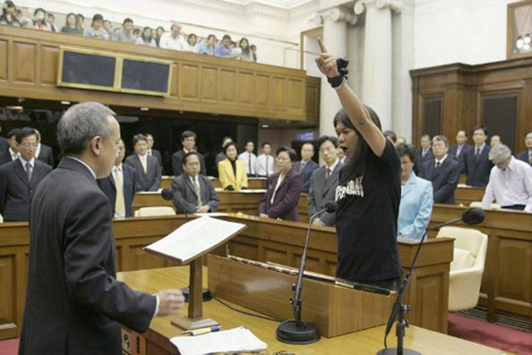 2004年第3屆立法會梁國雄在宣誓就任時修改誓詞。