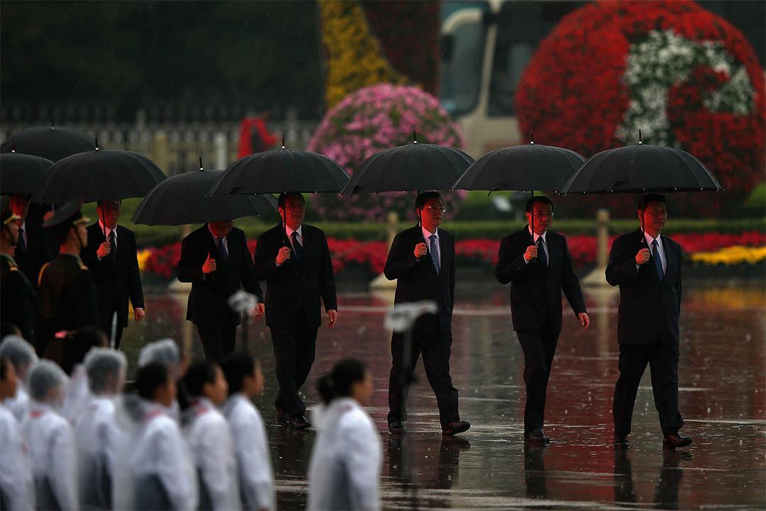 2013年10月1日,中國北京,國家主席習近平、總理李克強、中央政治局常委會委員張德江、俞正聲、劉雲山、王岐山等出席國慶典禮。