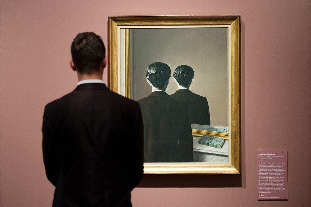 2016年10月3日,德國漢堡,一個男人在觀賞馬格利特的作品。