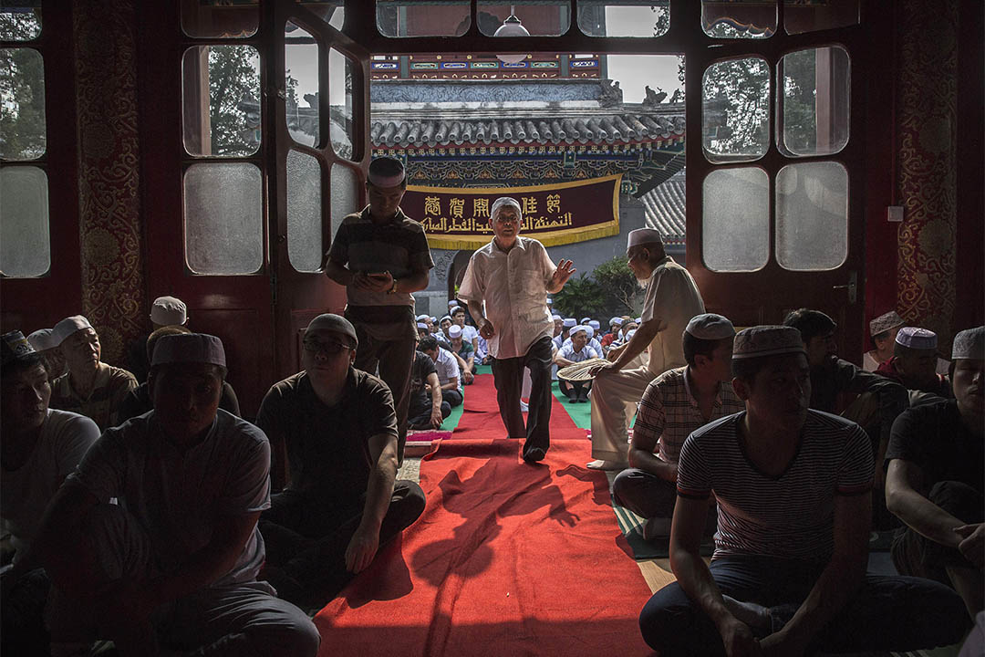 2016年7月6日,中國北京,一個回族穆斯林步入清真寺,參與開齋節禱告。