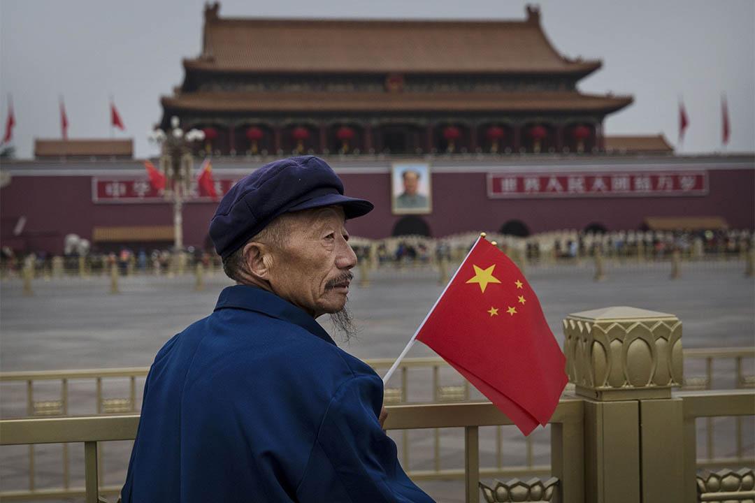 2014年10月1日,中國北京,一個老人在國慶日手持國旗。