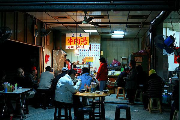 六千牛肉湯平時一開業,很快就會賣完,許多人都是大清早就來排隊。