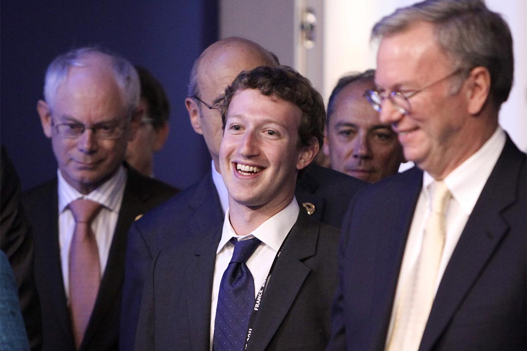 Google與Facebook投資興建跨太平洋超高速海底網絡電纜。圖為2011年5月26日,facebook創辦人 Mark Zuckerberg (中) 與Google董事長 Eric Schmidt (右) 出席G8峰會。