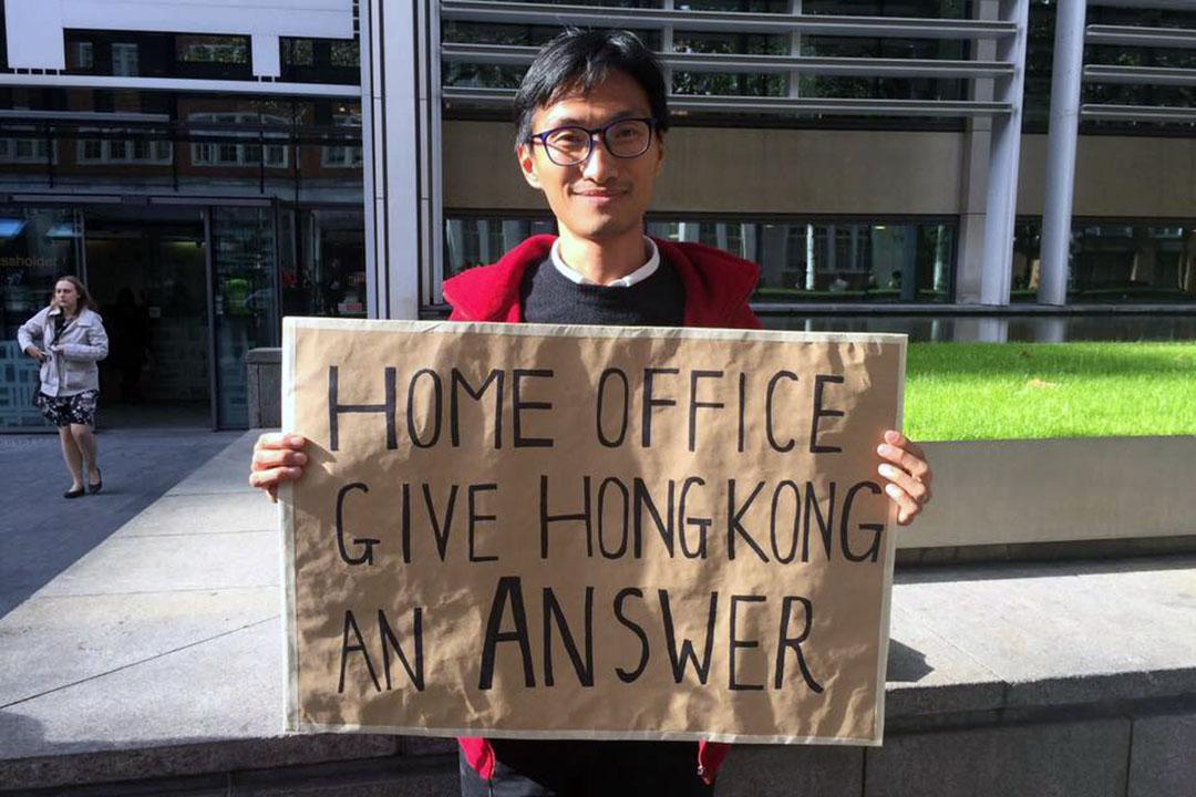 朱凱廸到英方內政部門外抗議英方配合中國施壓,以特惠待遇審批梁君彥申請。