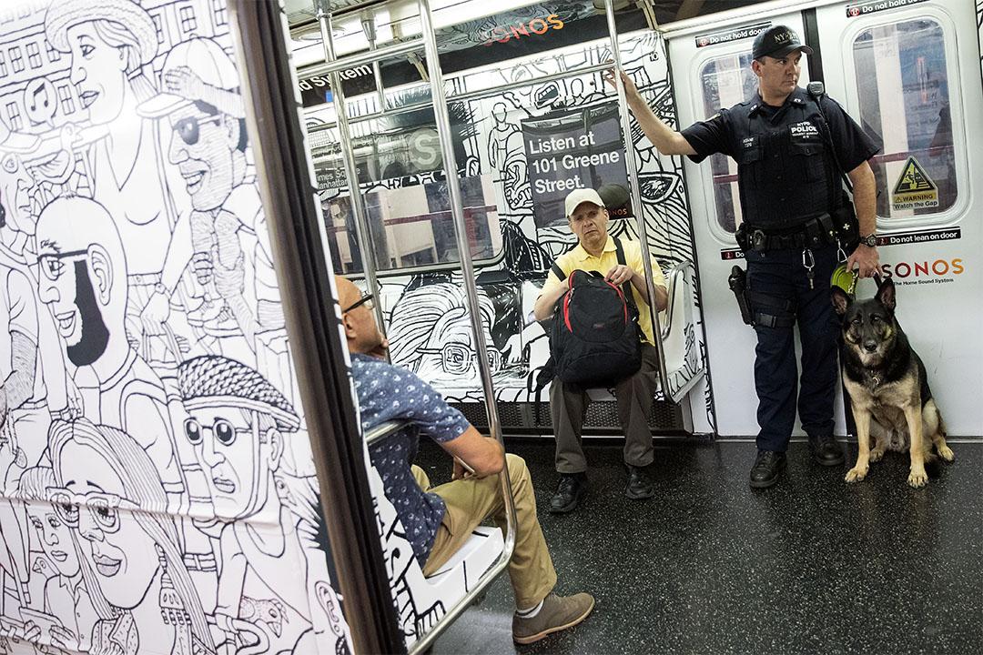 紐約市警察帶同警犬在地鐵巡邏。
