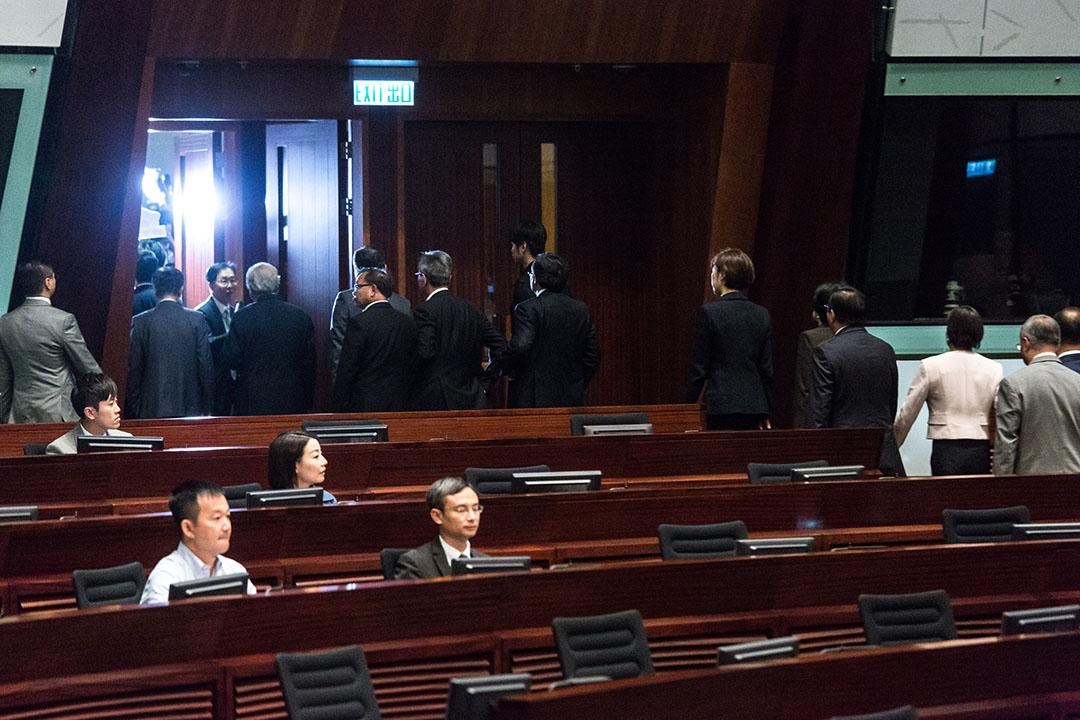 建制派議員集體離場導致流會,令青年新政的梁頌恆,遊蕙禎,以及劉小麗無法宣誓。