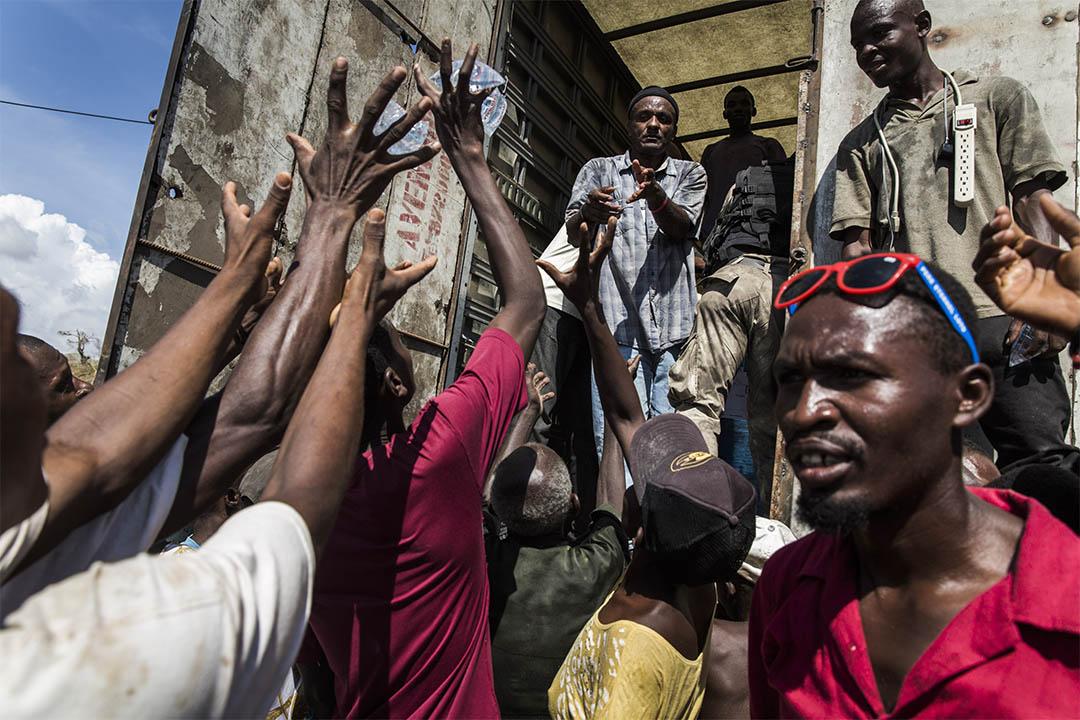 不少海地人在颶風過後回到南部家鄉協助救援工作,向災民分發食水等物資。