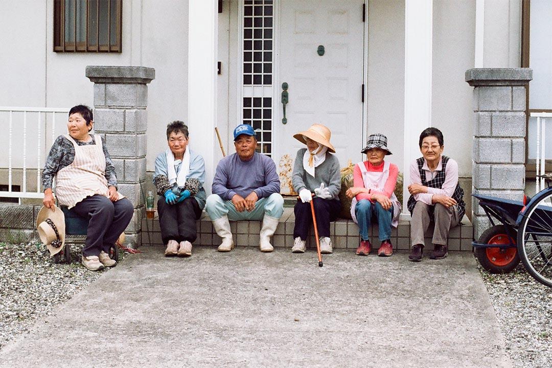 瀬戶內海藝術祭、名為犬島時間的藝術活動,使犬島的訪客多了,島上也增加了數家藝廊,卻沒法改善島上人口老化問題,現時犬島上只住了54人。