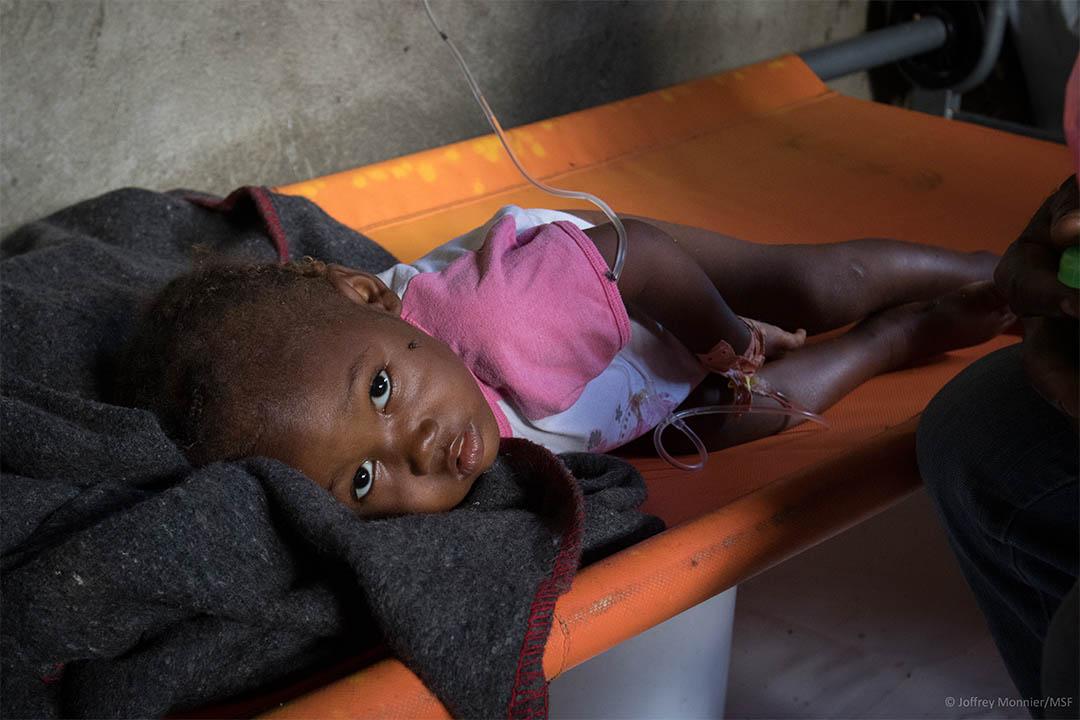 受災地區爆發霍亂的風險非常高,兩歲的馬爾塔(Marta)就在颶風過後感染霍亂,嚴重缺水,在無國界醫生位於皮茫港的治療中心住院四日後康服。