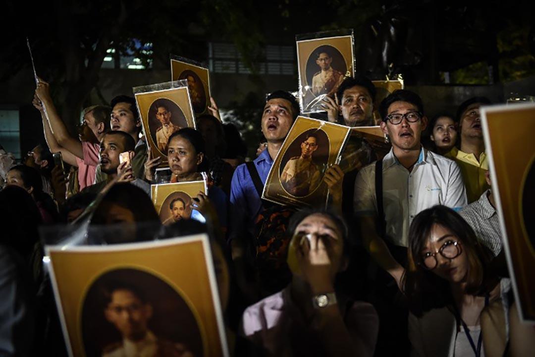 泰國市民為泰王祈禱時哭泣。