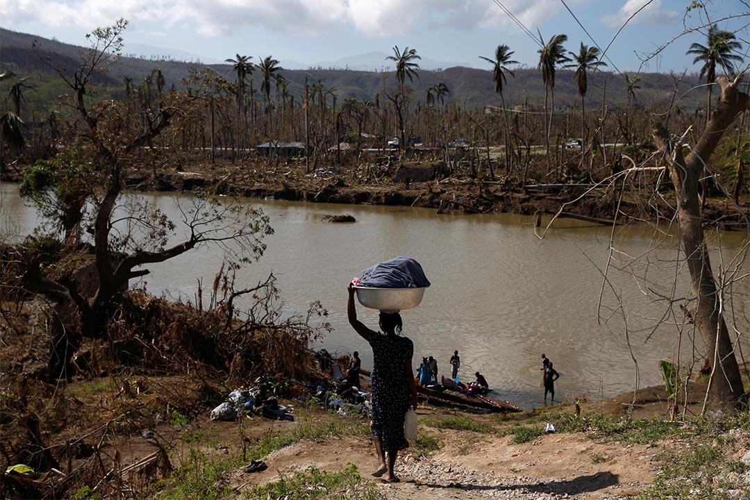 2016年10月13日,海地,當地女士在河邊洗衣服。