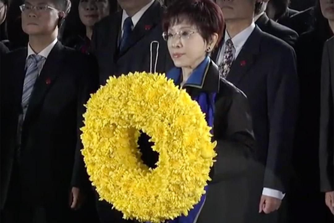 國民黨主席洪秀柱到南京中山陵向國父孫中山先生獻花致意。
