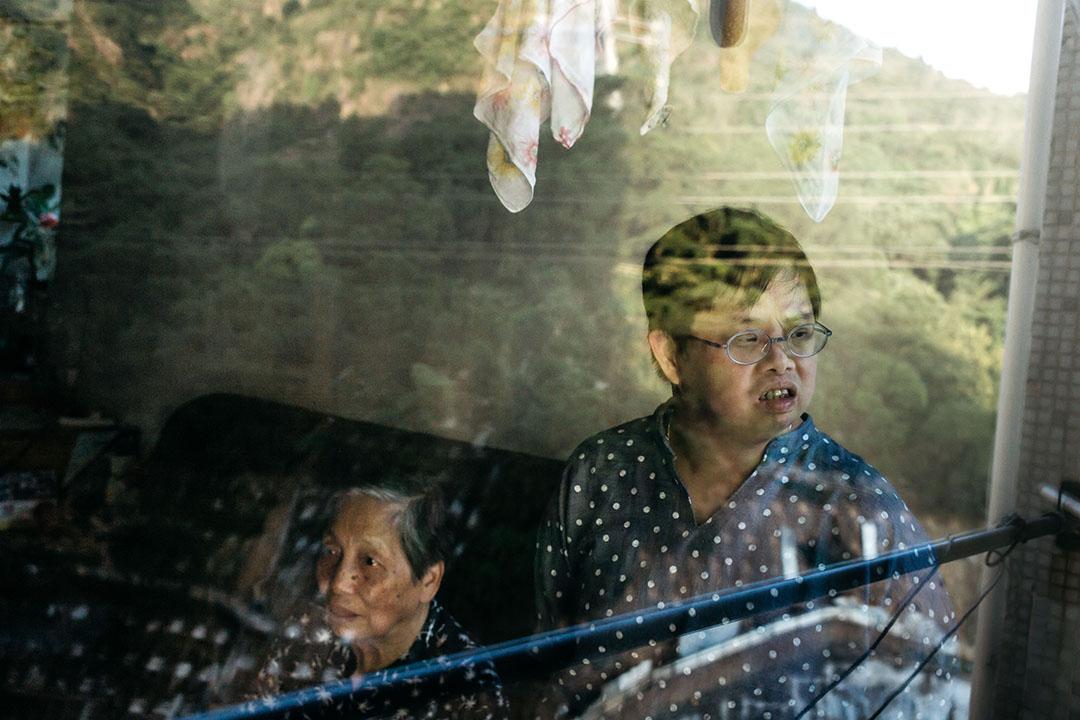 84歲的林智芬與今年52歲患有唐氏綜合症的兒女黃佩華。