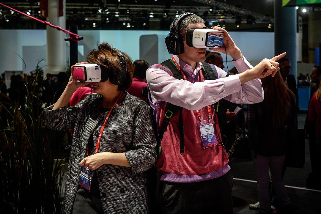 科技展覽展示VR虛擬實境設備。