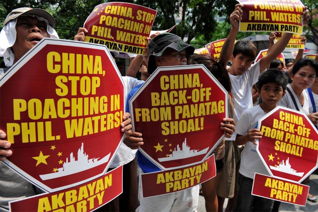圖為2012年4月16日,菲律賓馬尼拉,有群眾就黃岩島主權爭議到中國領事辦公室抗議。