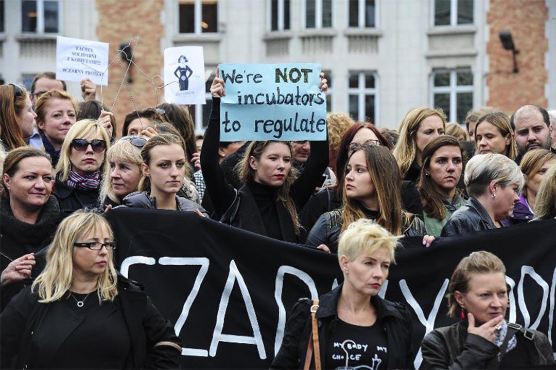 2016年10月3日,波蘭女性上街抗議,反對「禁止墮胎法案」。