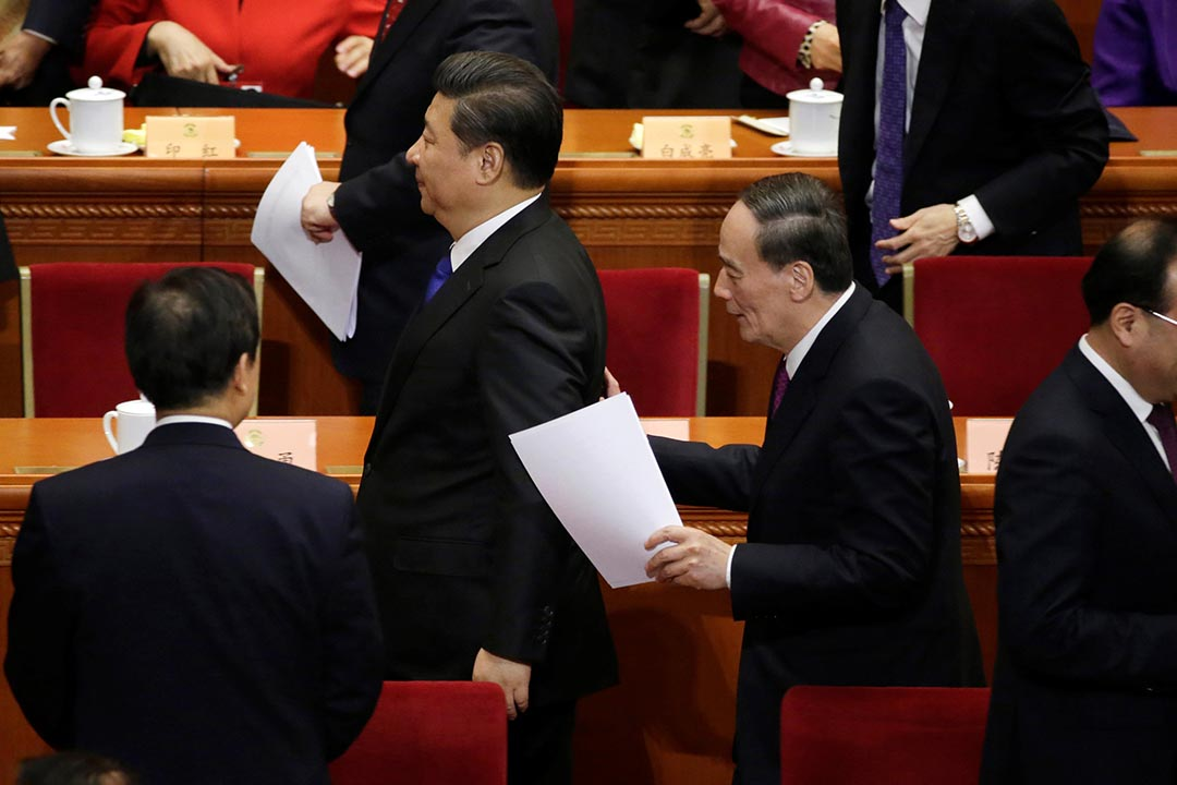 圖為2016年3月3日,北京人民大會堂,中國國家主席習近平正在跟中紀委書記王岐山談話。