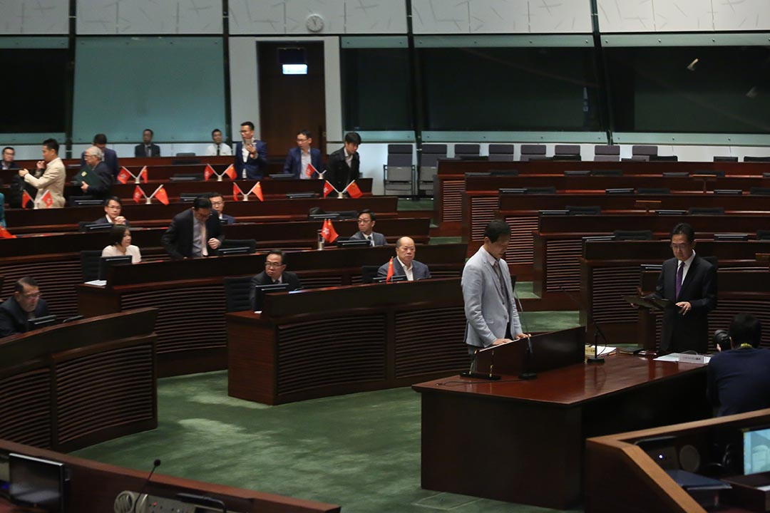 5名宣誓無效的議員今天再次宣誓。姚松炎宣誓後,大批建制派議員離場導致主席梁君彥宣布休會,游蕙禎、梁頌恆,以及劉小麗尚未宣誓。