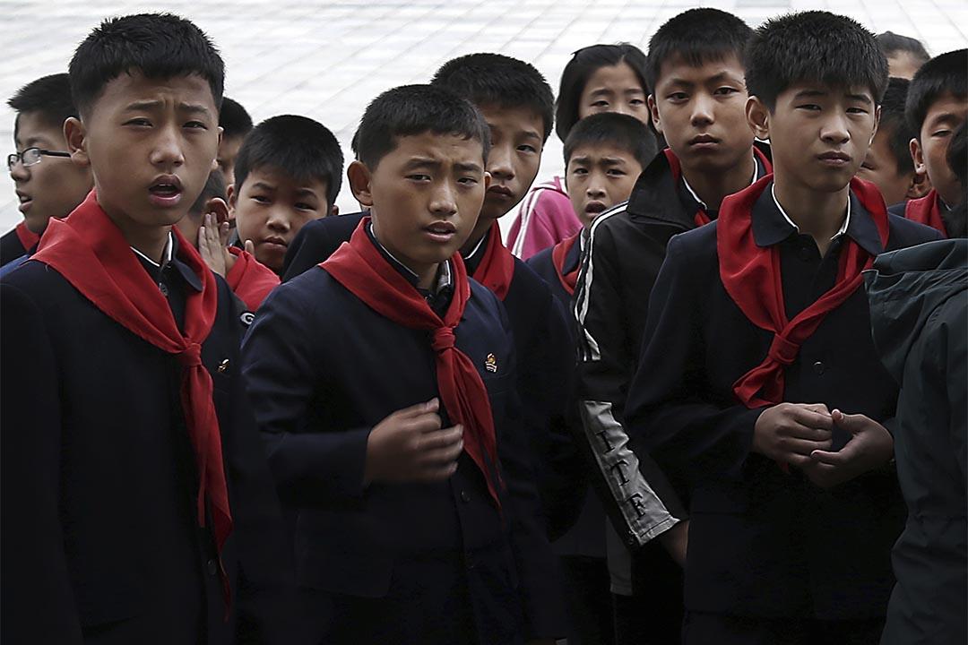 圖為一群北韓學生參觀完美術館後,在金日成廣場上集隊等候老師帶領。