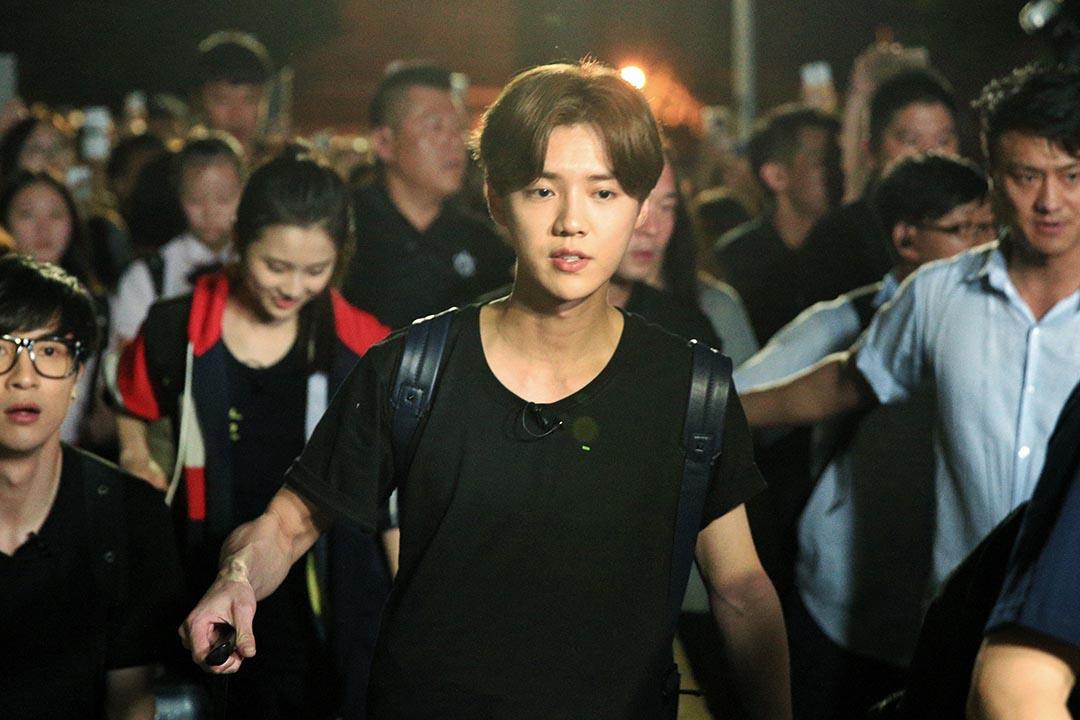 鹿晗在真人秀節目《我去上學啦》片場探班。
