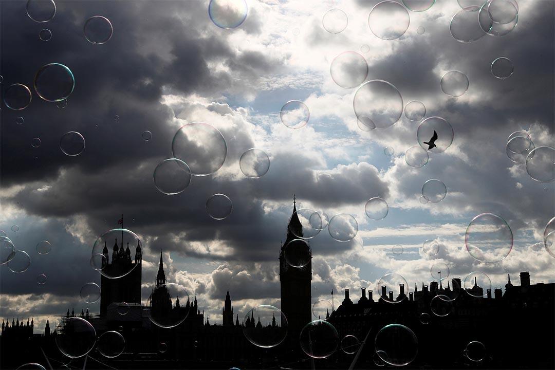 2016年10月10日,英國倫敦,肥皂泡於國會大樓前漂浮。