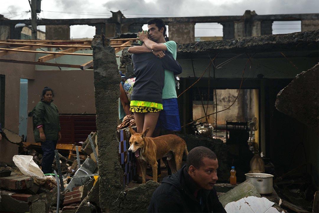 2016年10月5日,颶風「馬修」吹襲古巴巴拉科阿,一對情侶在損毀的房屋前相擁。