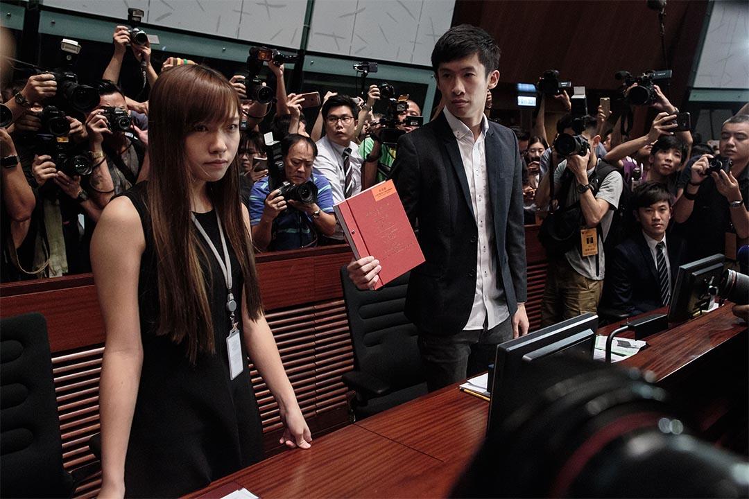 青年新政梁頌恆及游蕙禎在非建制派議員簇擁下,成功進入會議廳。
