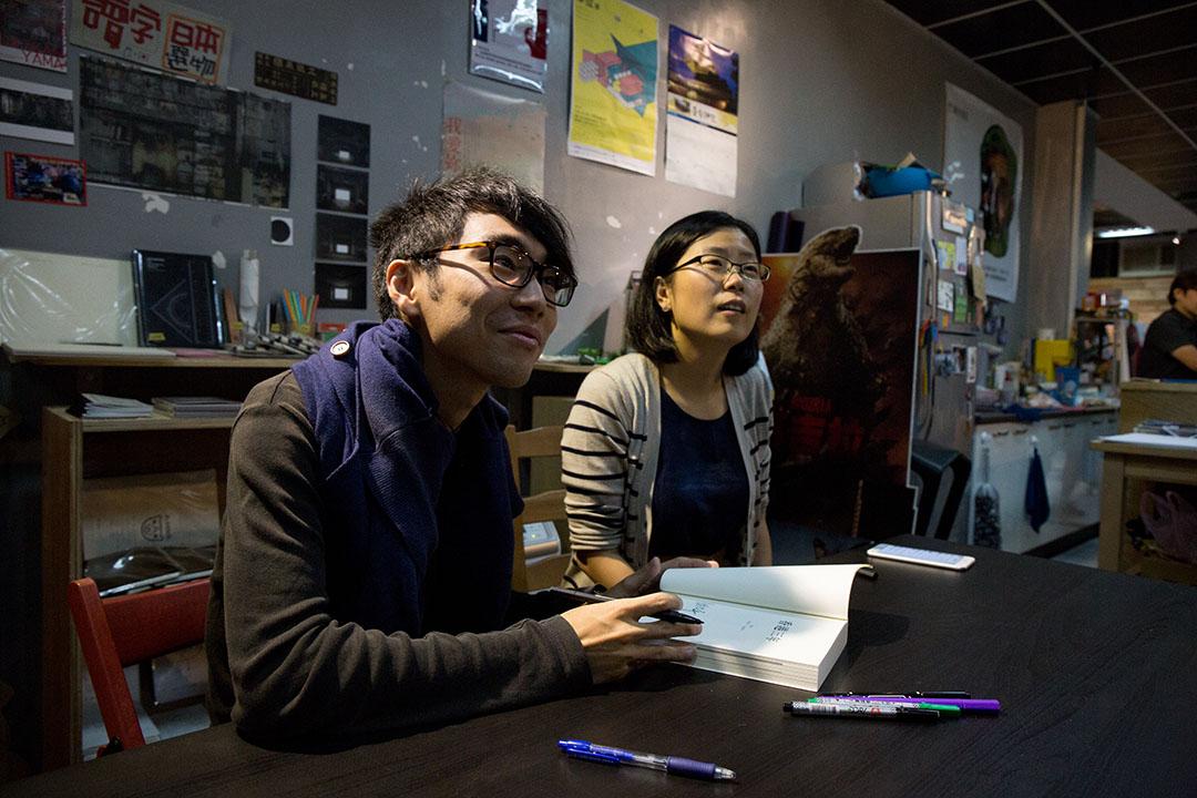 端傳媒總編輯張潔平和記者鍾耀華在桃園讀字書店發表會後進行簽書。