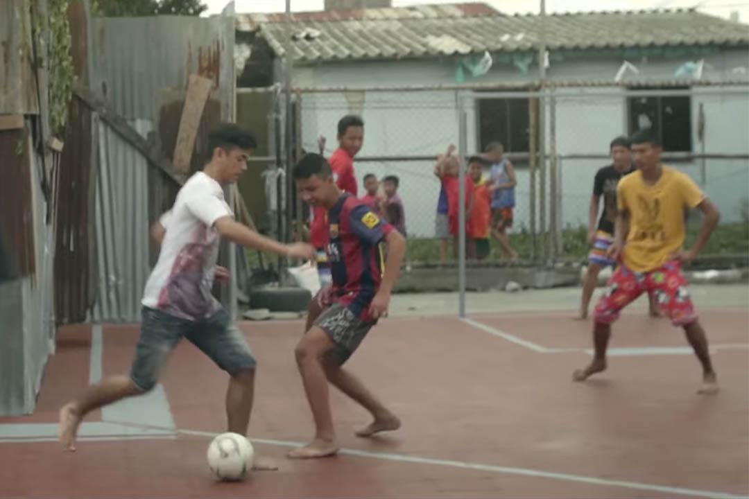泰國曼谷將貧民窟未充分利用的空間改造成不規則足球場。