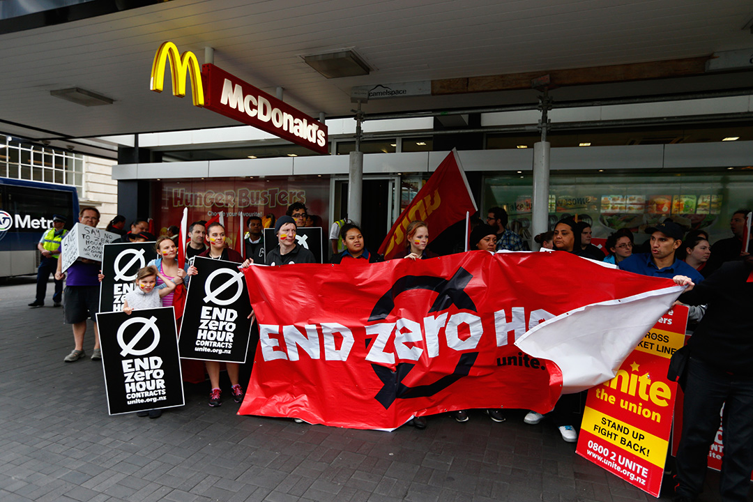 團體在快餐店外抗議零工時合約工作。