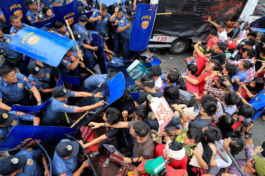 2016年10月19日,菲律賓馬尼拉,民眾到美國駐菲律賓大使館抗議,其間與警察發生衝突。