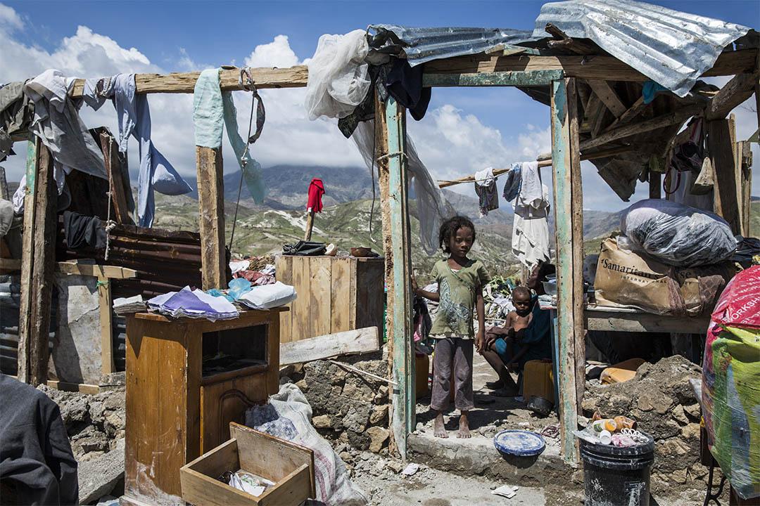 重災區之一、南部省的羅什巴托(Roche-a-Bateau),這個家庭的房子被颶風吹得只剩下門框。