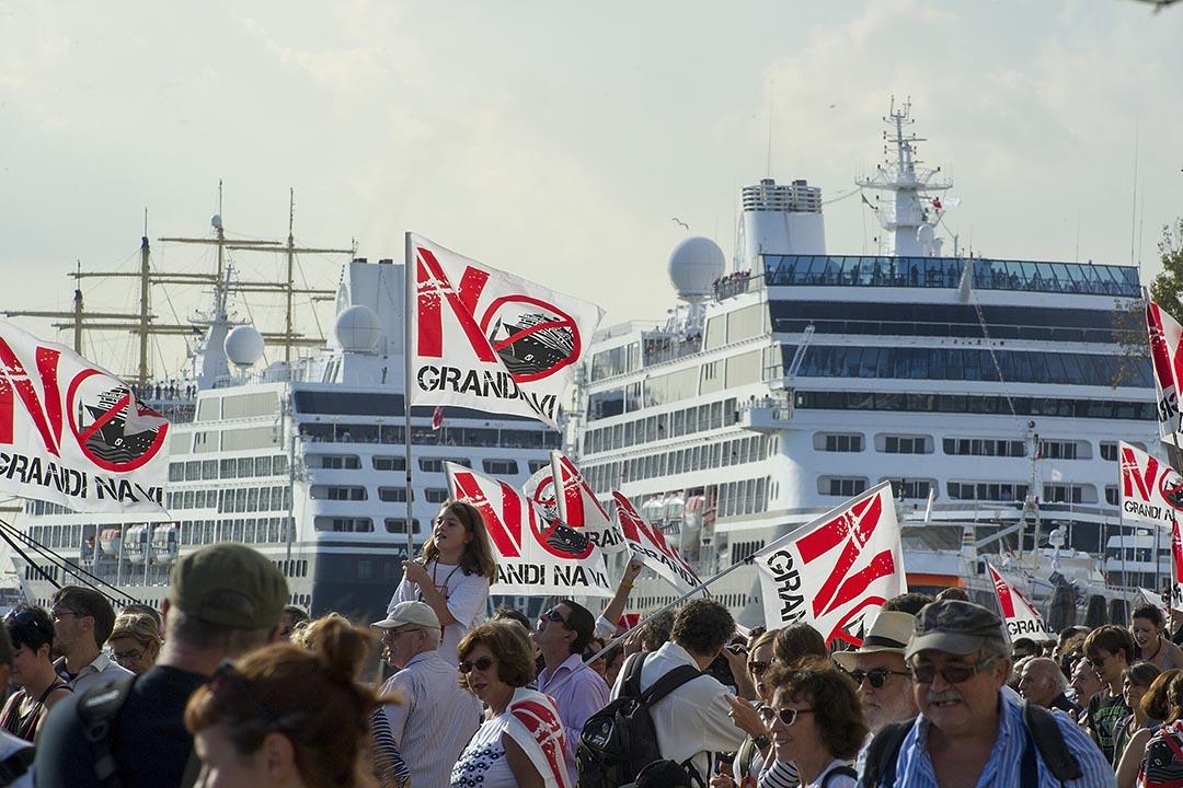 2013年9月21日,示威者手持旗幟,抗議郵輪駛入威尼斯港口。