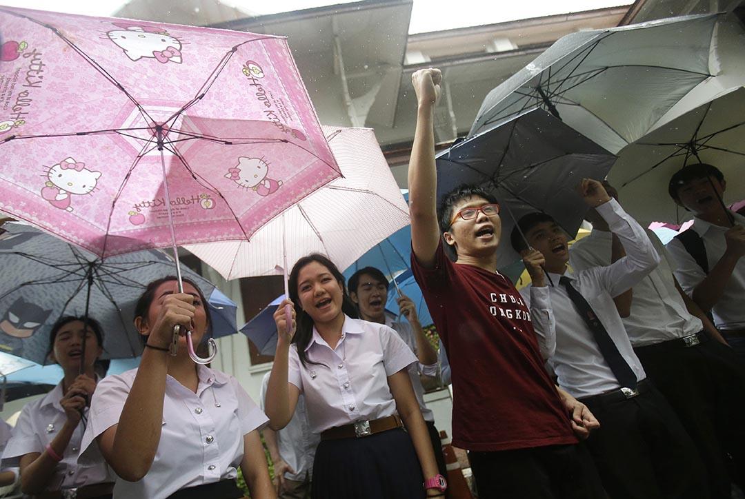 泰國學生抗議香港學生領袖黃之鋒被泰國當局拒絕其入境。